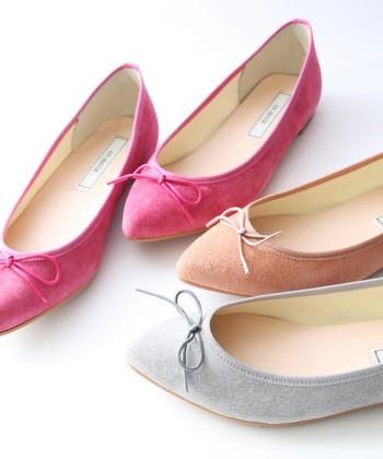 今年のフラットシューズは甘めカラーが豊富!スウェード素材なら、もっとふんわりと女性らしい雰囲気に。