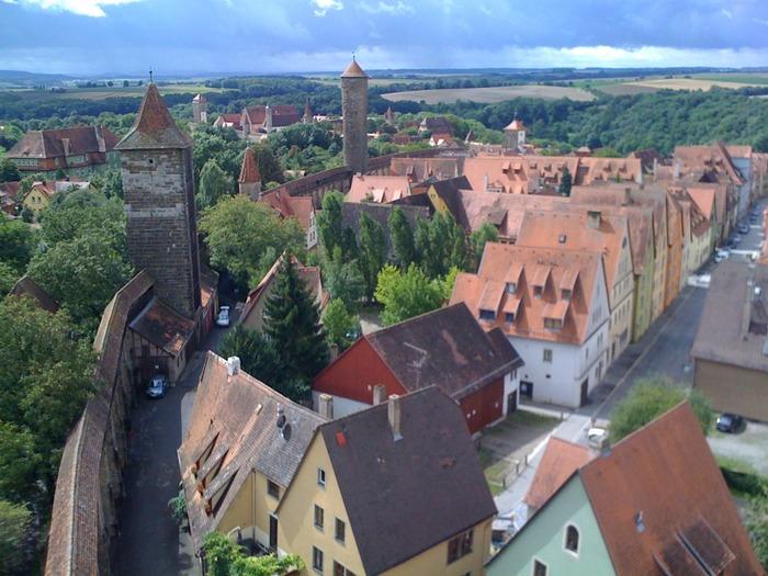 はじめにご紹介したいのが、城壁に囲まれた街「ローテンブルク」。中世の街並みをそのまま今に残しており、現地のひとに「最もドイツらしい」と言わしめるほど。一歩足を踏み入れれば、中世ヨーロッパへタイムスリップした気分になれます♪