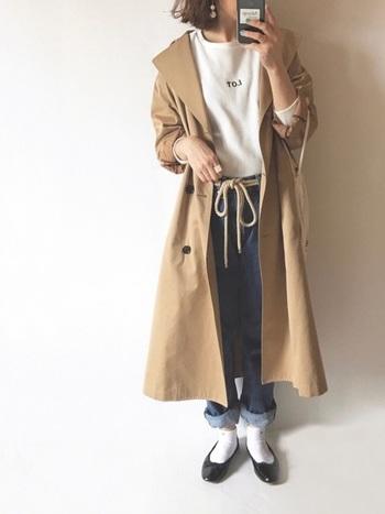 ロング丈のトレンチコートとバレエシューズの組み合わせは、憧れのパリジェンヌ風♪トレンドのロープベルトできゅっとウエストマークすれば、旬の着こなしに。