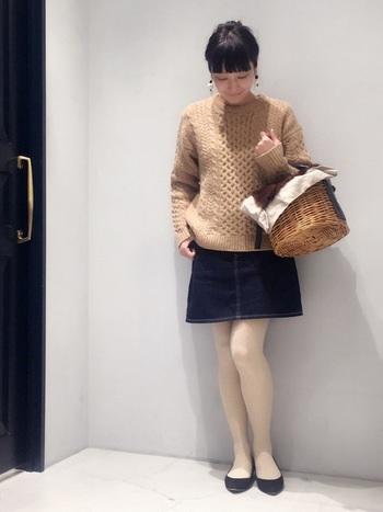 フラットシューズをタイツと合わせた組み合わせは、この冬真似したいスタイル♪ざっくりとしたニットと合わせれば、ガーリーに決まります。あえて冬にかごバッグを持つのも、遊び心があって素敵ですね。