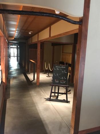 暖簾をくぐった先は「東山花灯路」に見立てられており、「通り庭」を通るように、奥行きのある空間演出がされています。  ※「東山花灯路」とは:京都市東山地域にて、「灯り」をテーマに寺社や町並をライトアップ。歩きたくなる路の演出を施す催しです。