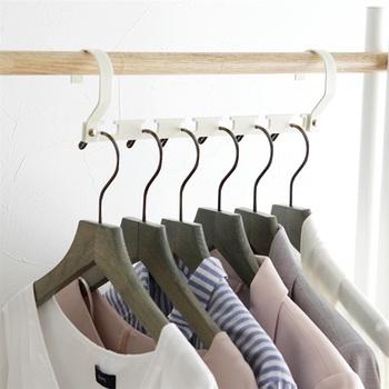クローゼットがギュウギュウで洋服の収納スペースにお悩みの方に。収納力がUPする便利なハンガーはいかがでしょう。 見た目は至って普通の6連ハンガーですが、ハンガー部分の片側を外すと…。