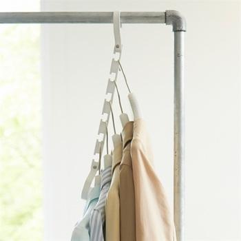 収納スペースが2分の1になる、目から鱗の優れものなんです。これなら洋服収納のお悩みも解決してくれそうですね。 その他にも洗濯ものを干す際にもとっても便利。6連ハンガーなのでまとめて取り込むこのもでき、そのままクローゼットの中へ収納してもOK。家事の時短にも繋がりますよ。