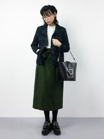 チェック柄×ドットプリントのガーリーな雰囲気のテーラードジャケット。 モスグリーンのタイトスカート+ブラックの小物で、カジュアルになりすぎない大人可愛い着こなしに!インナーの白が、全体の印象を明るくしてくれます。