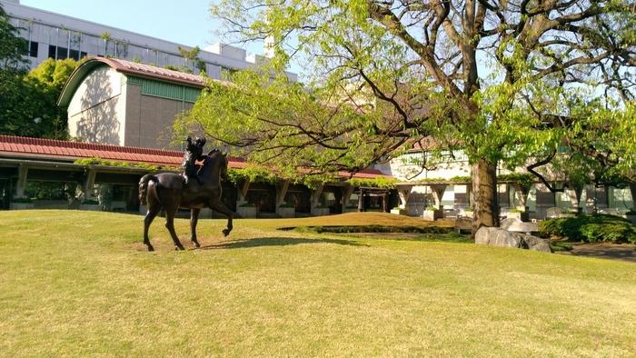 桜の名所として有名な、世田谷・砧公園の中にある「世田谷美術館」。春は桜、秋は銀杏やモミジ、冬は梅と自然を感じられる公園の一角の赤い屋根が美術館の目印です。  美術館には、世田谷区ゆかりの作家の作品や美食家で、書、器といった様々な分野で才能を発揮した北大路魯山人氏の作品など、国内・海外合わせて約15,000点もの美術品が収蔵されています。他にも、キッズプログラムやワークショップなども開催しているので家族揃って楽しめます。