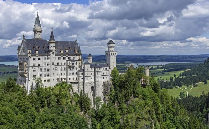 シンデレラ城のモデルとして有名なノイシュバインシュタイン城。「中世」に憧れたルートヴィッヒ2世によって建てられ、この豪華なお城の建築にかかった費用で王国の財政は危機に陥ったといわれています。