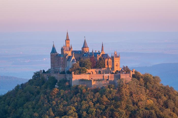 こちらはドイツ南西部に位置するホーエンツォレルン城です。標高855mの山の頂上に位置していて、「天空の城」とも呼ばれ観光スポットや結婚式場としても人気があります。