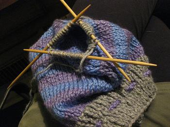 ニット帽は被る部分が筒状になっているので、編み針を合計4本使って輪になるように編むのが一般的です。