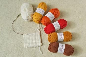 棒針4本で編む方法は、初心者では編み目が乱れてしまうことがあります。難しく感じる場合は、輪針という針を使うのがおすすめです。2本の針がチューブで繋がっています。
