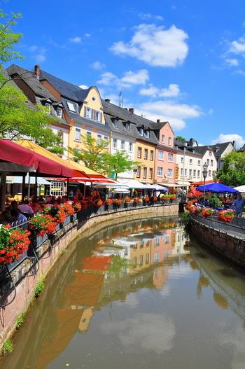 ラインラント=プファルツ州にある小さな街、ザールブルク。ザール川沿いに位置しており、川沿いにカラフルな家と花々を見ることができます。