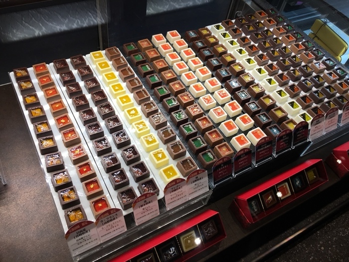 """店内には""""まるで宝石のよう""""と称されるチョコレートが並び、こちらのお店の限定商品にも多数出会えます。"""