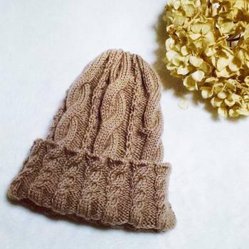 なわ編みのデザインが素敵なニット帽です。なわ編みは少し難しいですが、一度はチャレンジしてみたいですね。