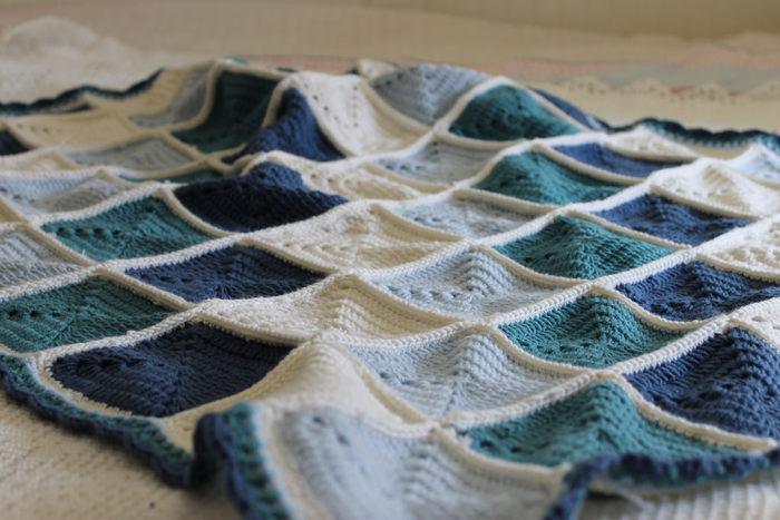同じ四角いモチーフ編みを色をかえて斜めに配置したブランケット。モチーフに使った濃い色の毛糸で縁取りを編むことで、凛とした印象に仕上がります。床に敷くとまるでさざなみのように見えませんか。