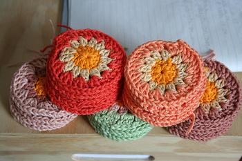 モチーフ編みをマスターしたら、ぜひ作ってほしいのがバッグ。モチーフや色、素材を変えていろいろなバッグを作ることができますよ。