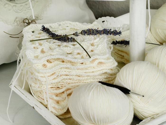 かぎ針で編むモチーフを少しずつ編みためて、ひとつにつないでブランケットやバッグを作るのもいいですね。 編むときに楽しいだけでなく、出来上がったブランケットやバッグを使うときにもなんだかほっこりしてきます。