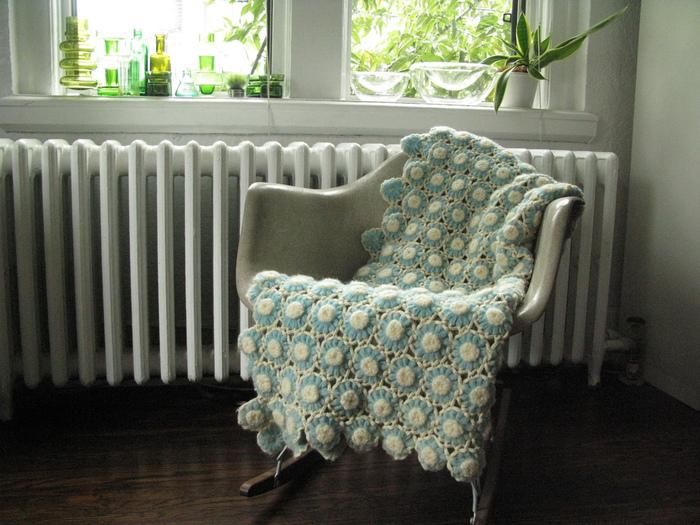 淡い水色と白の配色が優しい印象ですね。ベンチやソファーにかけてインテリアのアクセントとして使っても絵になります。