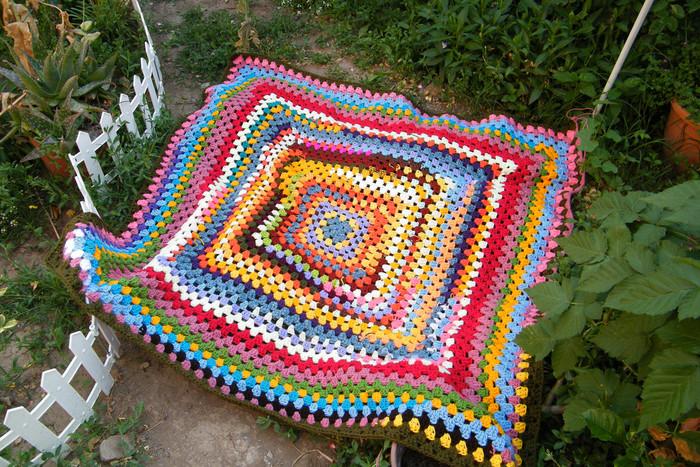 モチーフは編めるけれど、つなぐのが・・・、という方におすすめのブランケット。中心からぐるぐると編んでいくだけでも、こんなに素敵なブランケットになるんです。  余った毛糸をつぎ足しながら編むことができるので、おうちにある毛糸の有効活用にもつながっておすすめですよ。