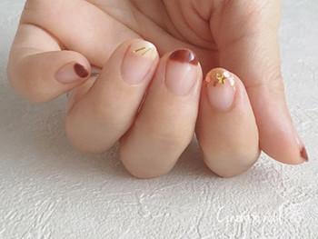 単色だと使いにくい暗めのブラウンも、爪先だけ塗ってかわいらしく♪ホワイトやゴールドをキュッと引き締めてくれています。これなら、ささっと手軽に秋色を楽しめますね。