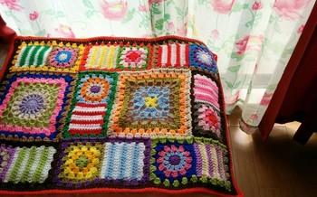 大きさや編み方の違う四角いモチーフを上手に組み合わせるのもいいですね。壁に飾ってアートとしても楽しめます。