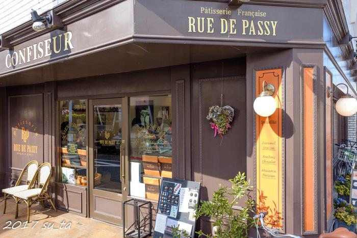 2001年に学芸大学駅の近くにOPENした「リュードパッシー」は、キャラメルやショコラ系のケーキが人気のお店。まるでフランスのパティスリーのようなお洒落な外観が印象的です。