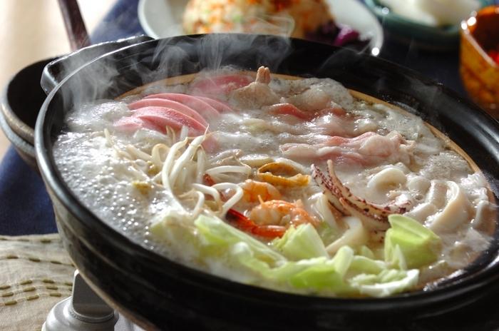 にぎやかなちゃんぽん麺を、そのままお鍋にしたアイデアレシピ。魚介と野菜がたっぷり。多彩な具材のうまみが混然一体となって、贅沢な美味しさになります。ちゃんぽんスープは、身近な材料でできますので、ぜひどうぞ。