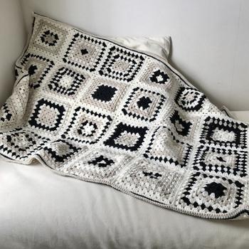 モノトーン好きさんならこんなブランケットはいかがですか?それぞれのモチーフは同じ編み方なのに、毛糸の色をかえるタイミングをずらすだけでとってもスタイリッシュな印象に。