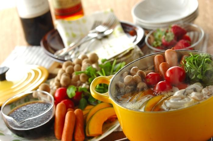 牡蠣やクレソンなどの野菜を、ワインたっぷりのスープで煮て、バルサミコ風味のタレでいただきます。シメは、カルボナーラに。なんておしゃれなお鍋でしょう♪