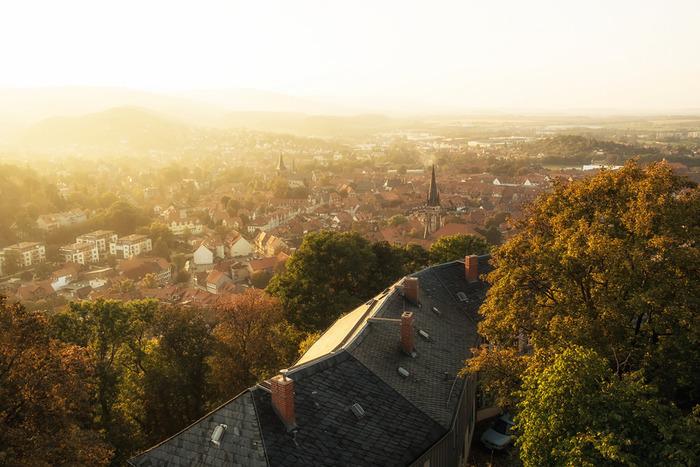 ドイツ・ハルツ地方にある「ヴェルニゲローデ」は魔女伝説の残る街。まるで映画の世界のような蒸気機関車を、間近で見ることもできますよ。
