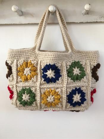 モチーフを色違いで編んでつないだトートバッグ。持ち手は同じ素材で統一感を出しています。革の持ち手を縫いつけても、かっちりとした印象にイメージチェンジできますね。