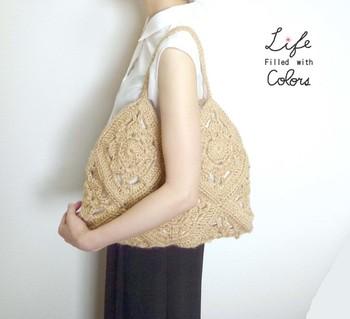 ひとつのモチーフを大きめに編んでつなげたワントーンのバッグです。シンプルなファッションのアクセントとして便利に使えますね。