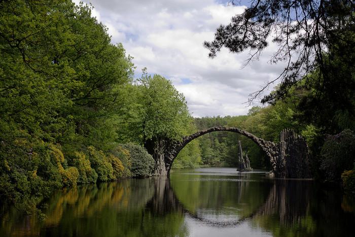 水面に反射してきれいな円を描くこの橋は、悪魔がつくった橋とも称される、ラコッツ橋。ポーランドとの国境ほど近く、ドイツのクロムローの公園の湖にある橋で、19世紀に騎士たちによって架けられたそうです。