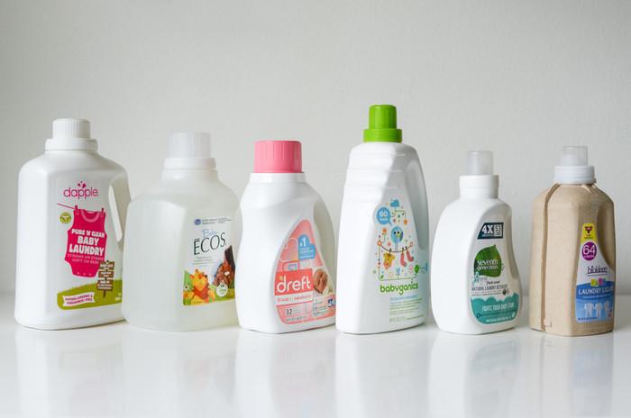 """近ごろ、香りの種類がとても豊富になった柔軟剤。""""柔軟""""という名前の通り、衣類をふわふわに仕上げたいから使っていますよね。ただ、柔軟剤はたくさん使うとタオルの『吸水性』が落ちてしまうことも。また、少しずつタオルに蓄積された柔軟剤は、洗剤の界面活性剤との相性が悪く、汚れを落ちにくくしてしまう事もあるんです。"""