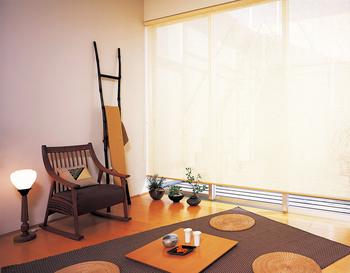すだれ調のロールスクリーンは洋室に落ち着いたナチュラルな風合いをプラスしてくれます。 さらに、和風の家具も合わせると、洋室がぐんとモダンになりますね。
