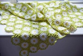お日様が似合うきれいな若草色のブランケット。お花モチーフは細長くつないでマフラーにしても可愛いですよ。
