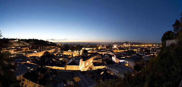 夜の風景もとても幻想的で素敵。ザルツブルクには歴史的な建造物が多数存在しており、「ザルツブルク市街の歴史地区」として世界遺産に登録されています。