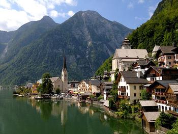 ハルシュタットはザルツブルクの近くにある街です。ハルシュタット湖の湖畔に面して家が建っていて、絵葉書のような美しさを見せています。