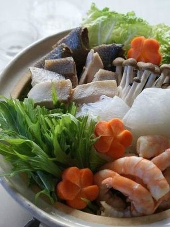 まずは、和風のアイデア鍋から。こちらは、冬が旬のブリを使ったお鍋。ブリは、ブリしゃぶ以外ではあまりお鍋に登場しませんが、脂ののったブリや海老のうまみがきいた出汁は、絶品です。そのうまみを吸った大根や白菜の美味しさもたまりません。