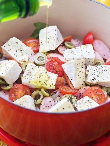 カマンベールや野菜などを鍋に入れ、白ワインと塩を加えるだけ。あとは、お鍋のフタをして蒸すように加熱します。カマンベールがとろける直前がちょうどいいタイミング。チーズを他の具材にからめていただきます。