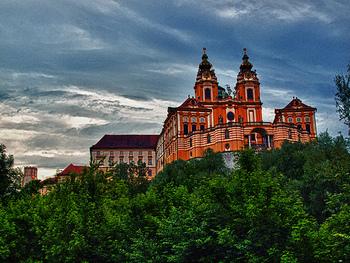 まるでお城のような壮大な雰囲気が漂う、メルク修道院。オーストリアを代表するバロック建築です。マリー=アントワネットがフランスにお嫁入りするとき、道中宿泊した建物なのだとか。