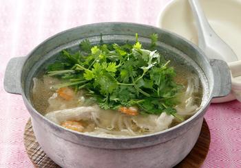 人気のパクチーをたっぷり使ったパクチー鍋。ナンプラーの風味がきいたスープが食欲をそそります。たまには、こんなお鍋も新鮮ですね。他のお料理を追加するなら、エスニックなメニューにするなど、テーブルに統一感を持たせたいですね。