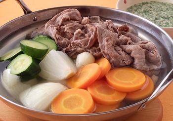 こちらは、コンソメと野菜の出汁でお肉をしゃぶしゃぶし、ハーブたっぷりのソースで楽しむ洋風しゃぶしゃぶ。最後は、お雑炊にして、ソースをかけていただきます。
