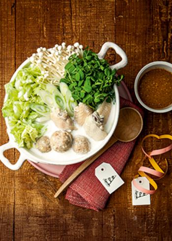 いつもと違う具材を使ったり、ちょっと変わったスープと組み合わせてみたり。ほんの少しのアイデアで、お鍋の世界はどんどん広がっていきます。この冬、アレンジを楽しんで、新たなお気に入り鍋に出会いましょう。
