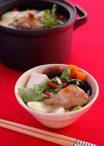 コラーゲンたっぷりの鶏手羽元を、体にいいクコの実や松の実などとともに、生姜のきいたスープで煮込んだ薬膳鍋。体がぽかぽかと温まり、しかもおしゃれな大人鍋です。