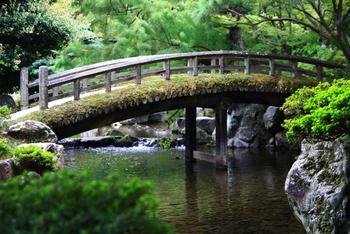 御内庭(ごないてい)の小さな橋。 橋の上からのんびりと池を眺めれば、亀や鯉が泳ぐさまが見えます。