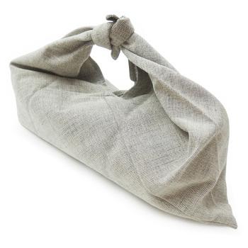 基本的にはお渡しする前にほどいて品物だけをお渡しするものですが、最近ではラッピングとして風呂敷を使うケースも増えています。このような場合は、包んだままお渡ししてもOK。
