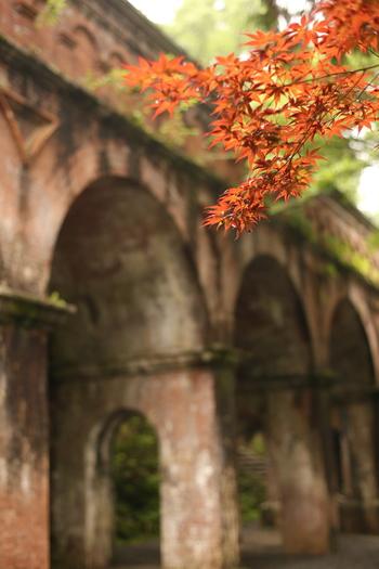 南禅寺でもうひとつ忘れてはいけないのが、境内の疎水橋。明治時代に建設されたレンガ造りの水路閣は、そのレトロな雰囲気がタイムスリップした気分になれると評判のスポットです。