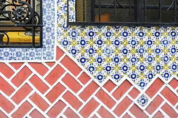 建物の壁のタイルがとってもかわいい♪街歩きもついつい細かいところまで見入ってしまいますね。