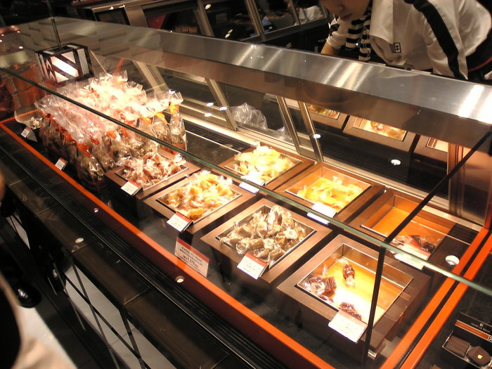 東京には、伊勢丹新宿店・髙島屋玉川店の2店舗があります。定番は「C.B.S. (セー・ベー・エス)」「フランボワーズ」「オランジュ・ジャンジャンブル」「ショコラ」の4種類。