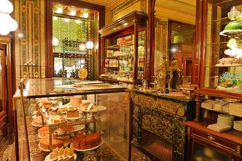 アンティーク調の家具が並ぶ店内は、かわいらしい雰囲気が印象的♪ショーケースにはザッハトルテ以外にも、色とりどりのケーキが並んでいます。