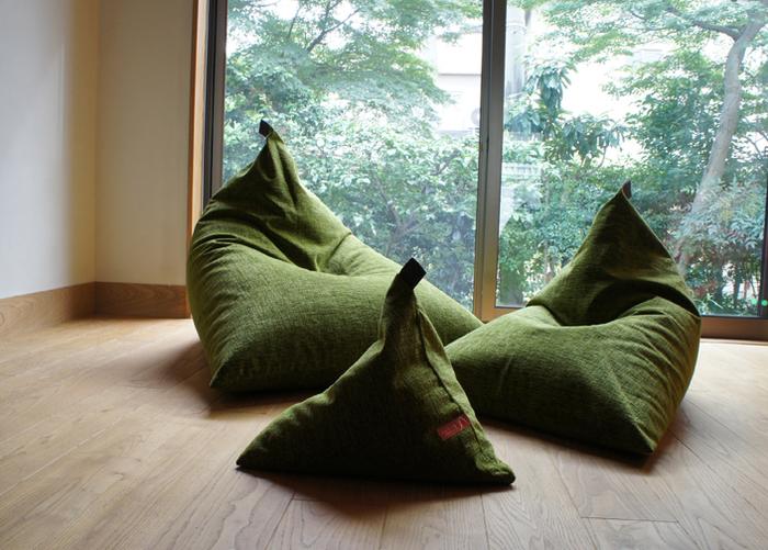 そんな老舗寝具店の寝具研究家 大東和子さんのアイデアから生まれたのがこちら、三角形のシルエットが可愛らしい一人用ソファ「tetra(テトラ)」です。三角形の、シンプルながら可愛らしいデザインは、和洋どんなインテリアにもしっくりとけ込んでくれそう。
